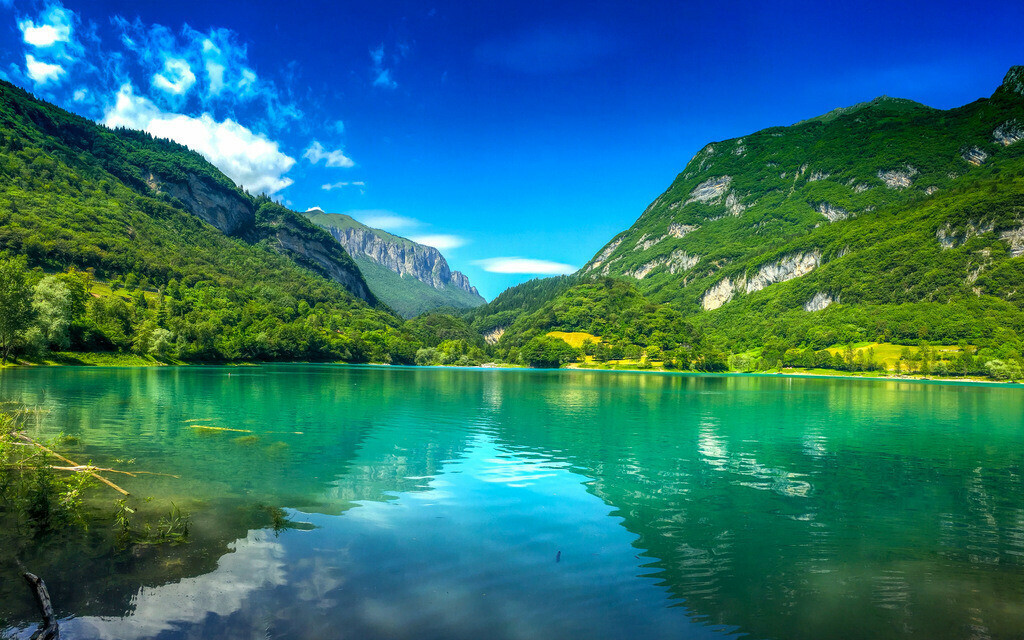 Einsamer Bergsee in Österreich  | Blick auf einen smaragdgrünen Bergsee