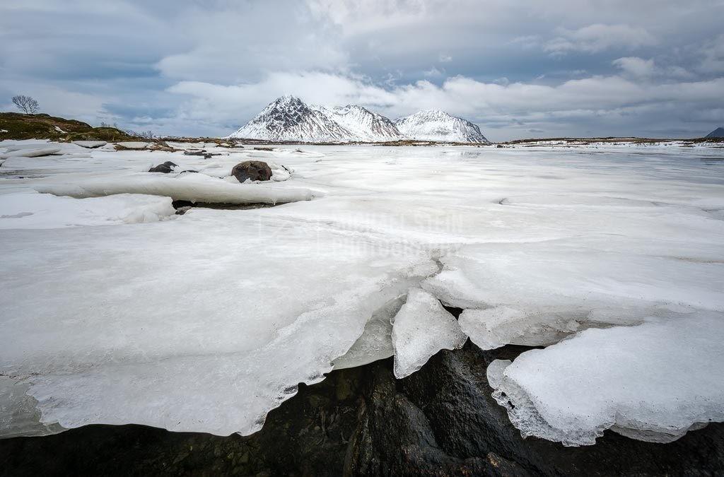 Norwegen - Fjord mit Eisschollen | Fjord im Winter mit Eis