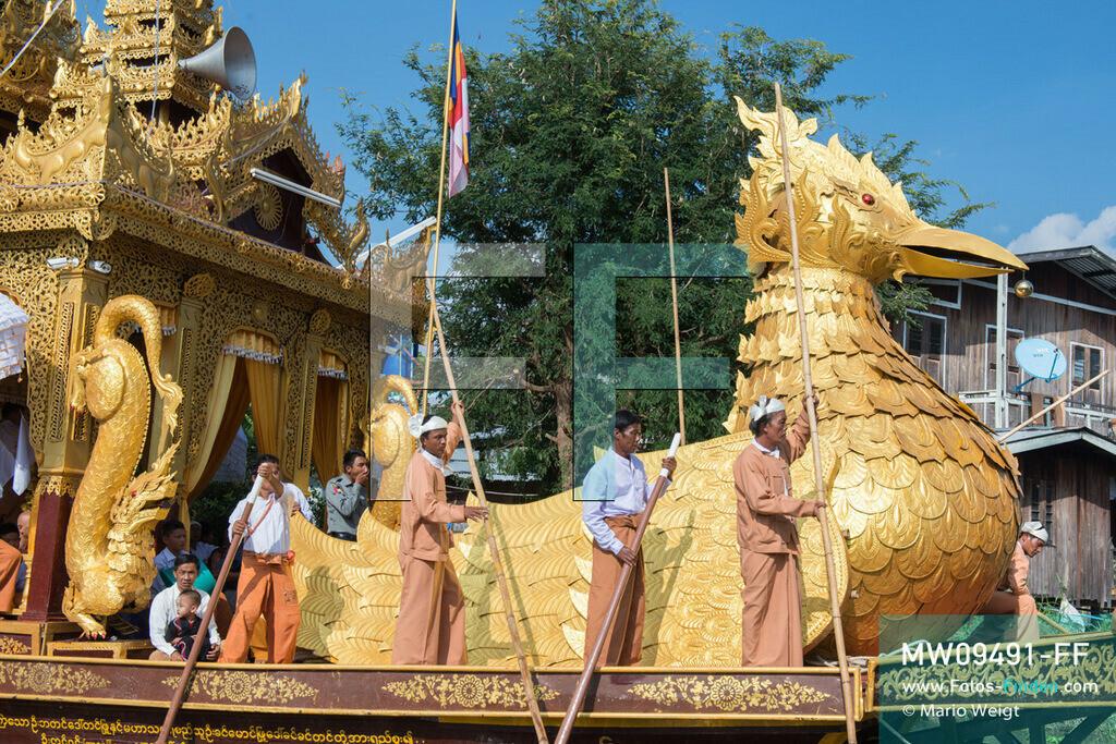 MW09491-FF | Myanmar | Nyaung Shwe | Reportage: Phaung Daw U Fest | Während der großen Bootsprozession transportiert die königliche Barke Shwe Hintha in Form eines Karaweik-Vogels vier goldene Buddha-Statuen von Dorf zu Dorf auf dem Inle-See.  ** Feindaten bitte anfragen bei Mario Weigt Photography, info@asia-stories.com **