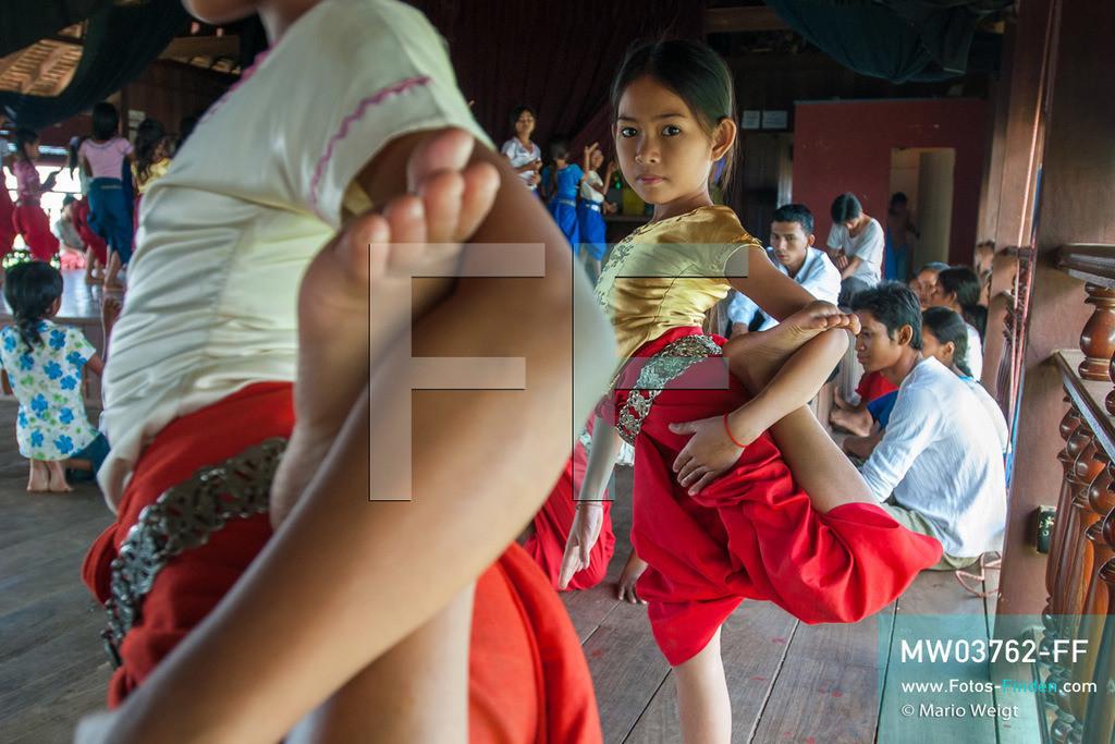 MW03762-FF | Kambodscha | Phnom Penh | Reportage: Apsara-Tanz | Tanzschülerinnen lernen den Apsara-Tanz in einer Tanzschule. Sechs Jahre dauert es mindestens, bis der klassische Apsara-Tanz perfekt beherrscht wird. Kambodschas wichtigstes Kulturgut ist der Apsara-Tanz. Im 12. Jahrhundert gerieten schon die Gottkönige beim Tanz der Himmelsnymphen ins Schwärmen. In zahlreichen Steinreliefs wurden die Apsara-Tänzerinnen in der Tempelanlage Angkor Wat verewigt.   ** Feindaten bitte anfragen bei Mario Weigt Photography, info@asia-stories.com **