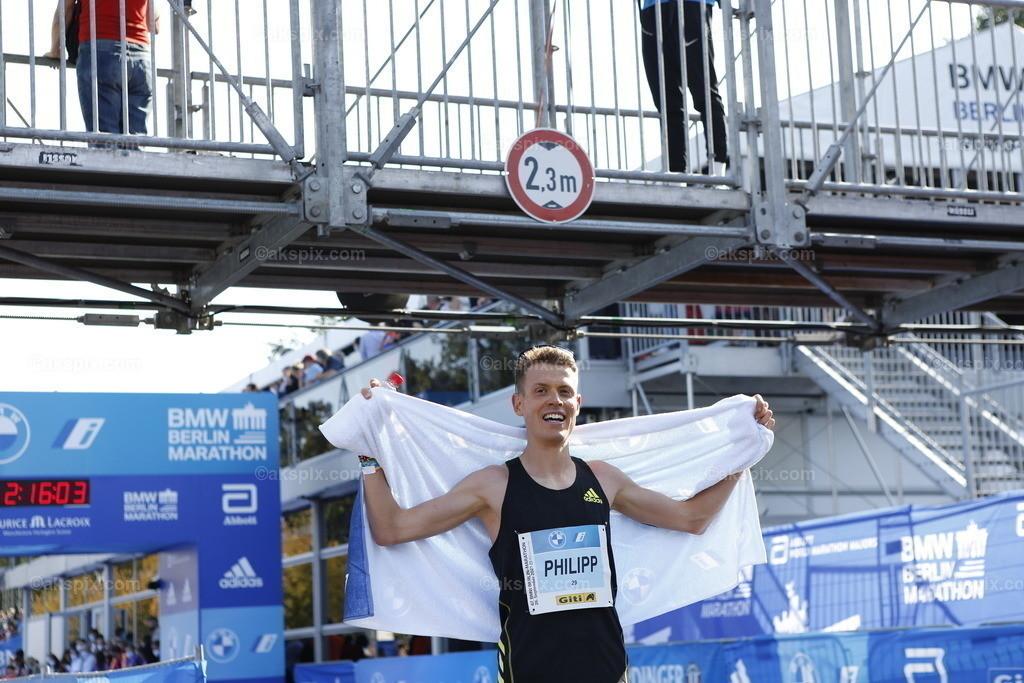 Guye Adola aus Äthiopien gewinnt den Berlin-Marathon 2021 | 26.09.2021, Berlin, Deutschland. Guye Adola aus Äthiopien gewinnt den 47. Berlin-Marathon in 2:05:45 Stunden. Den 2. Platz gewinnt der Kenianer Bethwel Yegon mit 2:06:14 Stunden und  den dritten Platz gewinnt der Top-Favorit Kenenisa Bekele mit 02:06:47 Strunden. Das Bild zeigt Philipp Pflieger.