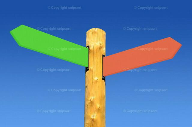 Richtungsschild nach links und rechts mit blauem Himmel im Hintergrund | Wegweiser in zwei verschiedene Richtungen.