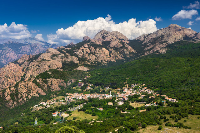 Weißes Dorf und rote Berge |