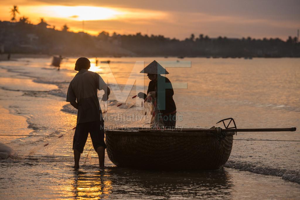 MW1212-1981 | Vietnam | Fischer bei der Arbeit am frühen Morgen in Mui Ne | Mario Weigt Photography