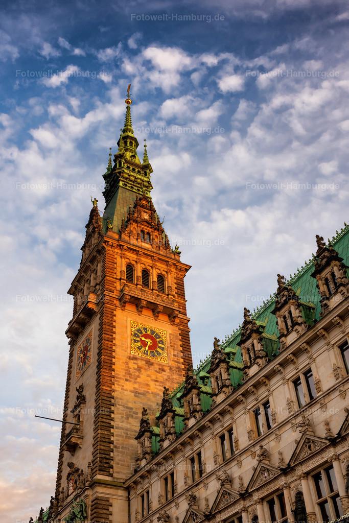 10210514 - Hamburger Rathaus im Abendlicht   Blick auf das Hamburger Rathaus im abendlichen Sonnenlicht.