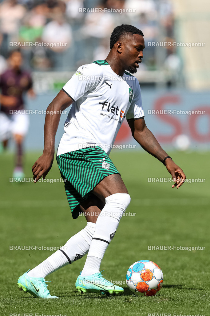 Borussia Moenchengladbach - FC Groningen  | Moenchengladbach, Deutschland, 31.07.2021: Marcus Thuram (Borussia Moenchengladbach) in Aktion, am Ball, Einzelaktion,    beim Testspiel zwischen Borussia Moenchengladbach und FC Groningen im Borussia-Park am 31. Juli 2021 in Moenchengladbach.  (Foto: BRAUER-Fotoagentur)   DFB / DFL REGULATIONS PROHIBIT ANY USE OF PHOTOGRAPHS AS IMAGE SEQUENCES AND/OR QUASI-VIDEO.