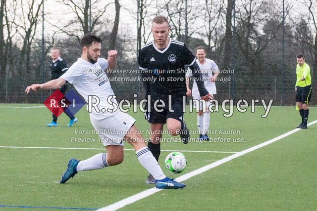 Fußball, Herren, Kreisliga 3, ETSV Hamburg II - SC Vier- und Marschlande III., Mittlerer Landweg, 01.03.2020 | Fabian Behr (#12, SCVM), Marcel Matteus Tymorek (#16, ETSV)