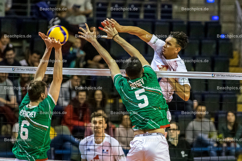 2020-00057071-CEV-European-Olympic-Qualification-Tokyo-2020 | Angriff CHINENYEZE Barthélémy #21 (Middle blocker - FRA) gegen Block PENCHEV Rozalin #6 (Outside spiker - BUL), GOTSEV Svetoslav #5 (Middle blocker - BUL); 06.01.2020; Berlin, ; Foto: Gerold Rebsch - www.beachpics.de