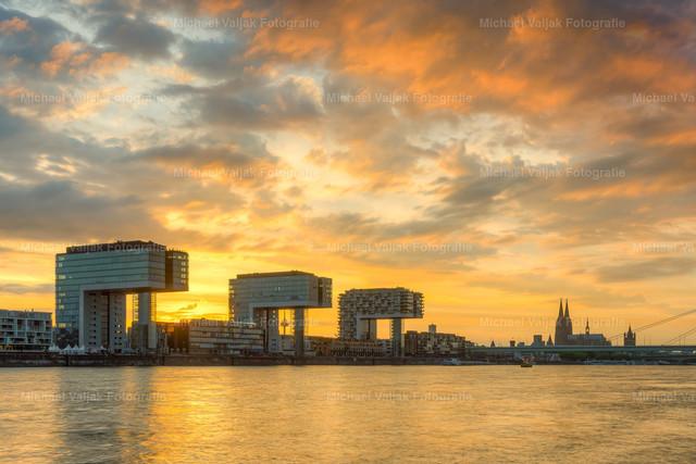 Brennender Himmel in Köln   Sonnenuntergang am Rheinufer mit Blick zu den Kranhäusern und dem Kölner Dom.