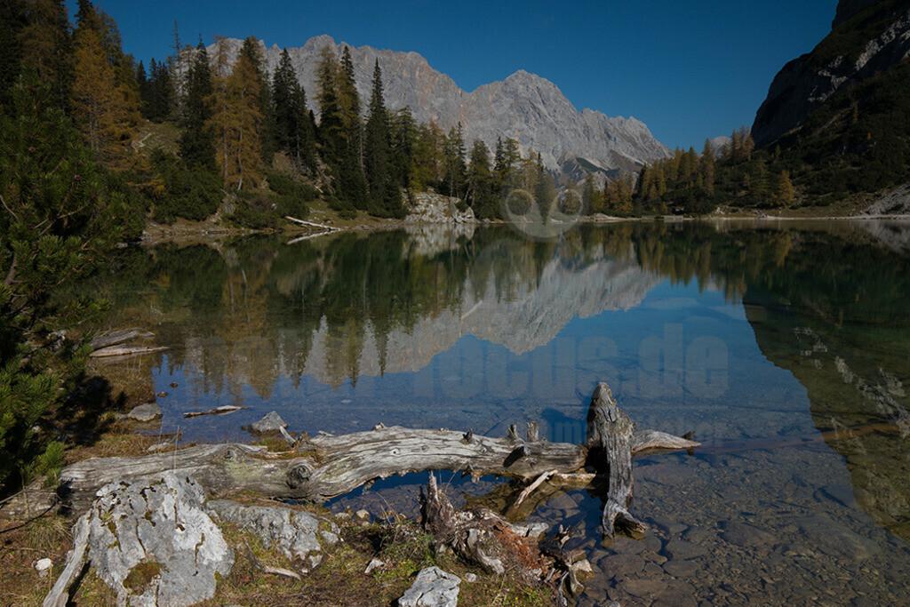 Gebirgssee in den Alpen | In den Tiroler Alpen findet sich zwischen der Ehrwalder Sonnenspitze und dem Tojaköpfen der Seebensee. Bei Windsteille spiegelt sich das gegenüberliegende Zugspitzmassiv auf der Seeoberfläche.