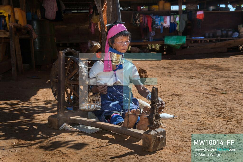 MW10014-FF | Myanmar | Loikaw | Reportage: Ringe fürs Leben | Ein Frau der Kayan Lahwi (Padaung) beim Garn spinnen  ** Feindaten bitte anfragen bei Mario Weigt Photography, info@asia-stories.com **