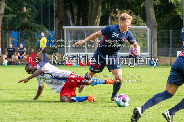 Fußball, Herren, Testspiel, Hamburger SV - FC Midtjylland, HSV-Trainingsplatz am Volksparkstadion, 20.08.2020   David Kinsombi (#6, HSV), Victor Torp (#39, Midtjylland)