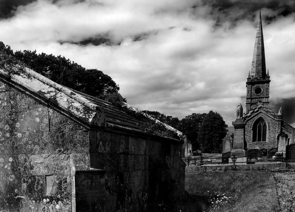 Kirche mit Grab | Kirche mit Grab in Nordirland der immer grünen Insel