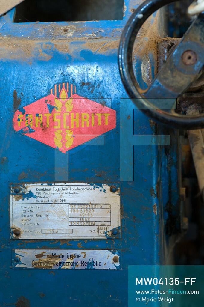 MW04136-FF | Laos | Paksong | Reportage: Kaffeeproduktion in Laos | Mit finanzieller Hilfe der damaligen DDR wurde in den 1980er Jahren die Kaffeeproduktion aufgebaut. Diese Fabrik ist stillgelegt. Die Maschinen stammen von der Firma Fortschritt. In den Plantagen auf dem Bolaven-Plateau wachsen Sträucher der Kaffeesorten Robusta und Arabica.  ** Feindaten bitte anfragen bei Mario Weigt Photography, info@asia-stories.com **
