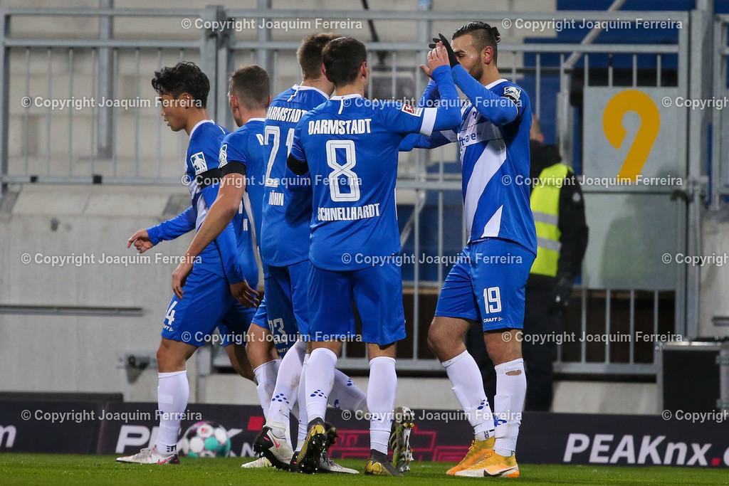 201127_svdvsbvt_0336 | 27.11.2020, xjfx, Fussball 2.BL SV Darmstadt 98 - Eintracht Braunschweig,  emspor, emonline, despor, v.l.,  Immanuel Höhn (SV Darmstadt 98),Fabian Schnellhardt (SV Darmstadt 98) und Serdar Dursun (SV Darmstadt 98) Torjubel, Goal celebration, celebrate the goal       (DFL/DFB REGULATIONS PROHIBIT ANY USE OF PHOTOGRAPHS as IMAGE SEQUENCES and/or QUASI-VIDEO)