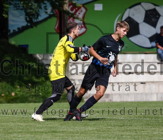 2019-09-14_006_JFG_Speichersee_04_gegen_FC_Lengdorf | Finsing, Deutschland, 14.09.2019: Fußball, Quali Kreisliga Süd Donau/Isar 2019 / 2020, 1. Spieltag, JFG Speichersee 04 gegen FC Lengdorf, Endergebnis: 2:0  Torwart Gabriel Nicolai ((SG) FC Lengdorf, #1), Marco Burks (JFG Speichersee 04, #10)  Foto: Christian Riedel / fotografie-riedel.net