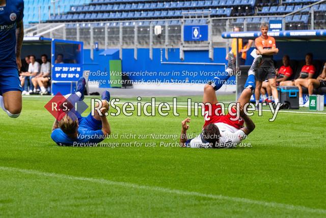 Fußball, Herren, Testspiel, Hamburger SV - FC Hansa Rostock, Volksparkstadion, 09.08.2020 | Nils Butzen (#16 Hansa Rostock) und Tim Leibold (#21 HSV) am Boden