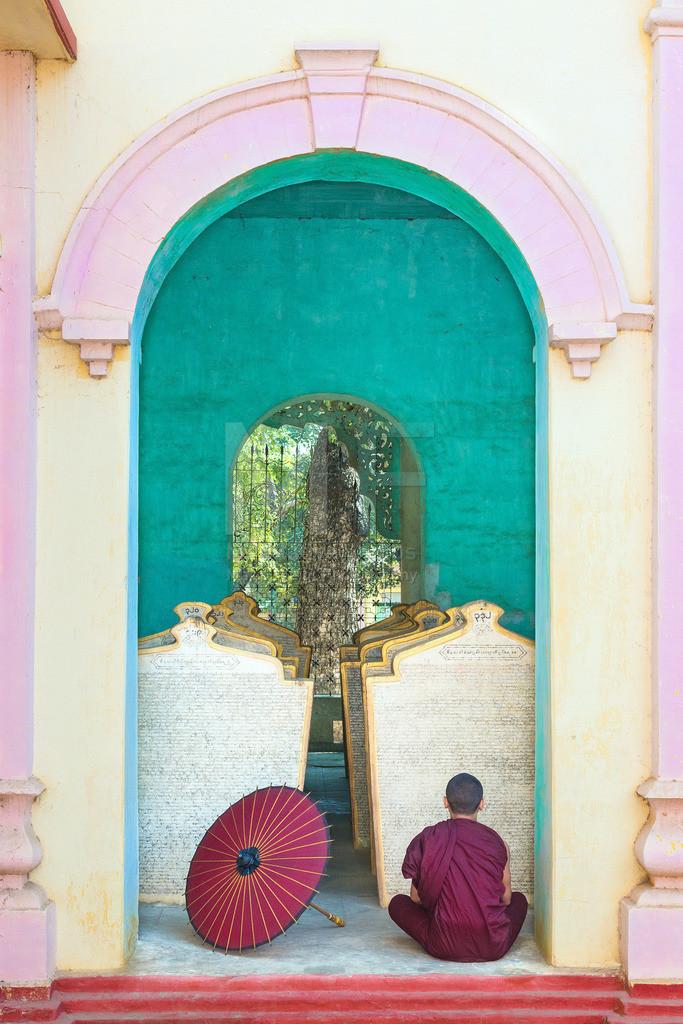 MW0119-9740 | Fotoserie DER ROTE SCHIRM | Meditierender Mönch in Monywa
