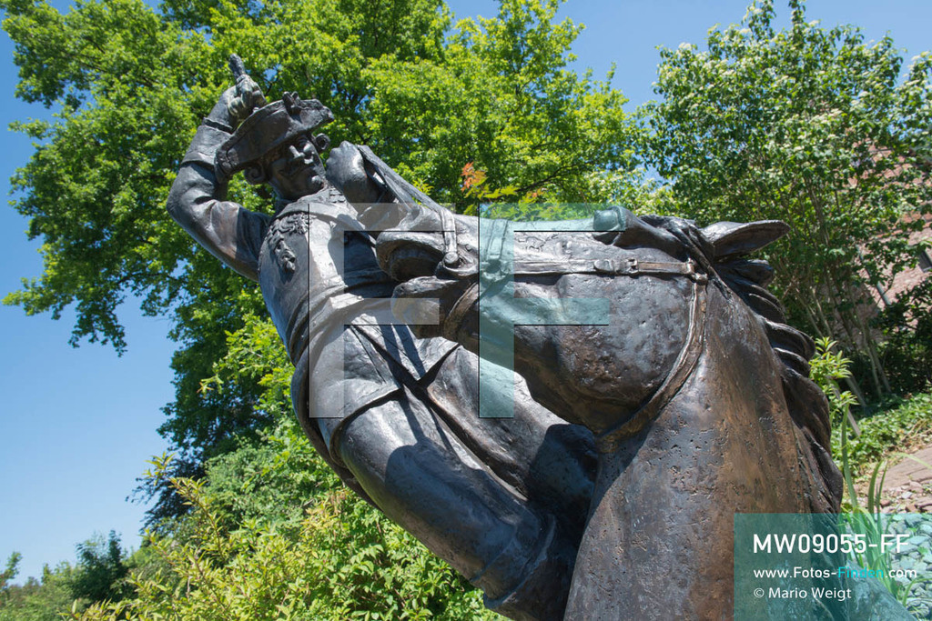 MW09055-FF   Deutschland   Niedersachsen   Bodenwerder   Reportage: Reise entlang der Weser   Das 2008 errichtete Denkmal vom Baron Münchhausen ist ein Kunstwerk des Moskauer Bildhauers A. J. Orlow. In der Kleinstadt ist auch der genannte Lügenbaron allgegenwärtig. Es gibt das Münchhausen-Museum, eine Grotte, einen Brunnen und einige Statuen von ihm.  ** Feindaten bitte anfragen bei Mario Weigt Photography, info@asia-stories.com **