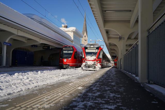 RhB ABe 4/16 3111 & RhB ABe 8/12 | Links Capricorn und rechts ein unbekannter Allegra bei der Einfahrt in den Bahnhof Davos Platz.
