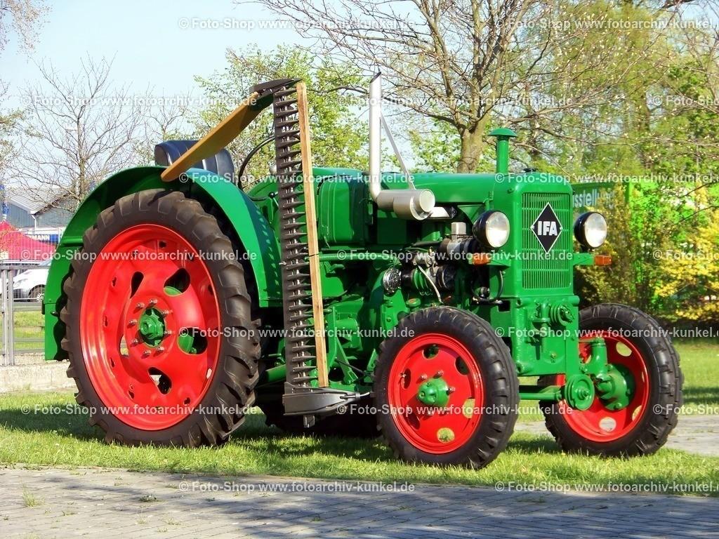 IFA RS 04/30 (1953-1956) - Traktor, Schlepper   Der IFA RS 04/30 war die erste eigene DDR-Traktorenkonstruktion. Der Schlepper wurde vom VEB Traktorenwerk Schönebeck entwickelt und in der Zeit von 1953 bis 1956 im VEB Schlepperwerk Nordhausen gebaut. Auf dem Bild ist ein hervorragend restauriertes Modell mit Mähbalken zu sehen.
