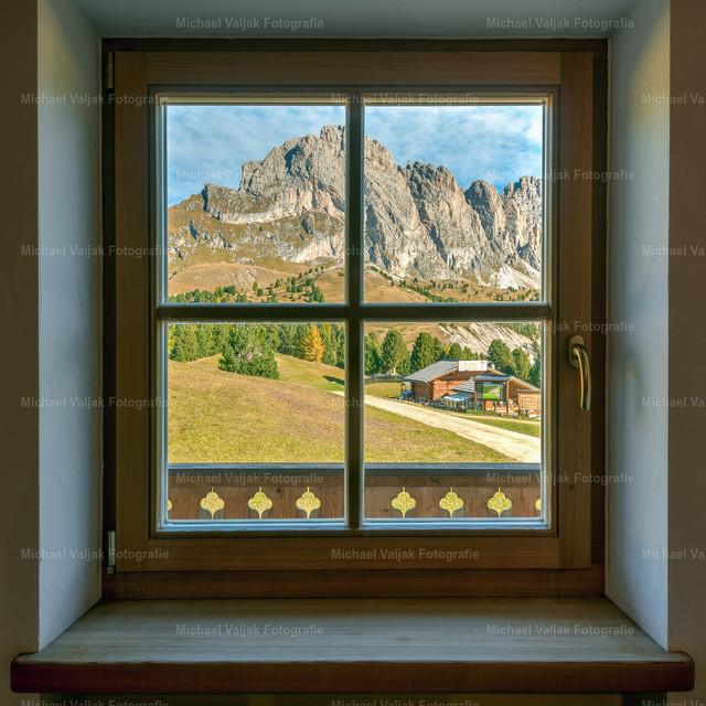 Dolomiten Fensterblick | Was für eine Aussicht, die Berge unmittelbar vor der Haustür, keine weite Anreise notwendig, einfach mal das Auto stehen lassen und loswandern.