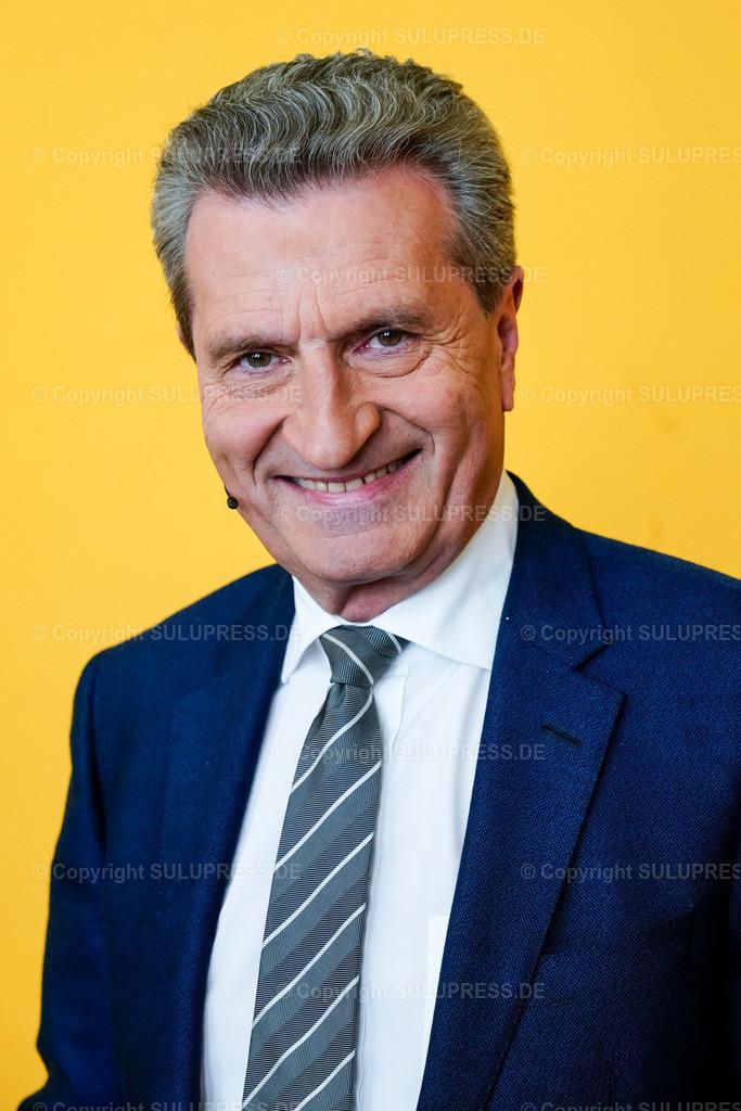 Günther Oettinger beim WDR Europaforum in Berlin | 23.05.2019, Günther Hermann Oettinger beim Europaforum im Auswärtigen Amt in Berlin. Der Westdeutsche Rundfunk hat Prominenz aus Politik und Entertainment zur bevorstehenden Europawahl zu einer europapolitischen Diskussionsveranstaltung eingeladen. Portrait des Politikers.