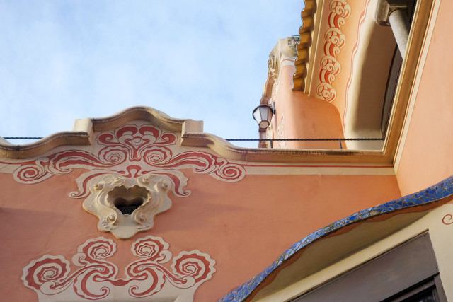 Park Güell Antoni Gaudís Garten-Parkanlage Casa-Museu Gaudí Verzierungen Fassade | ESP, Spanien, Barcelona, 16.12.2018, Park Güell Antoni Gaudís Garten-Parkanlage Casa-Museu Gaudí Verzierungen Fassade [2018 Jahr Christoph Hermann]