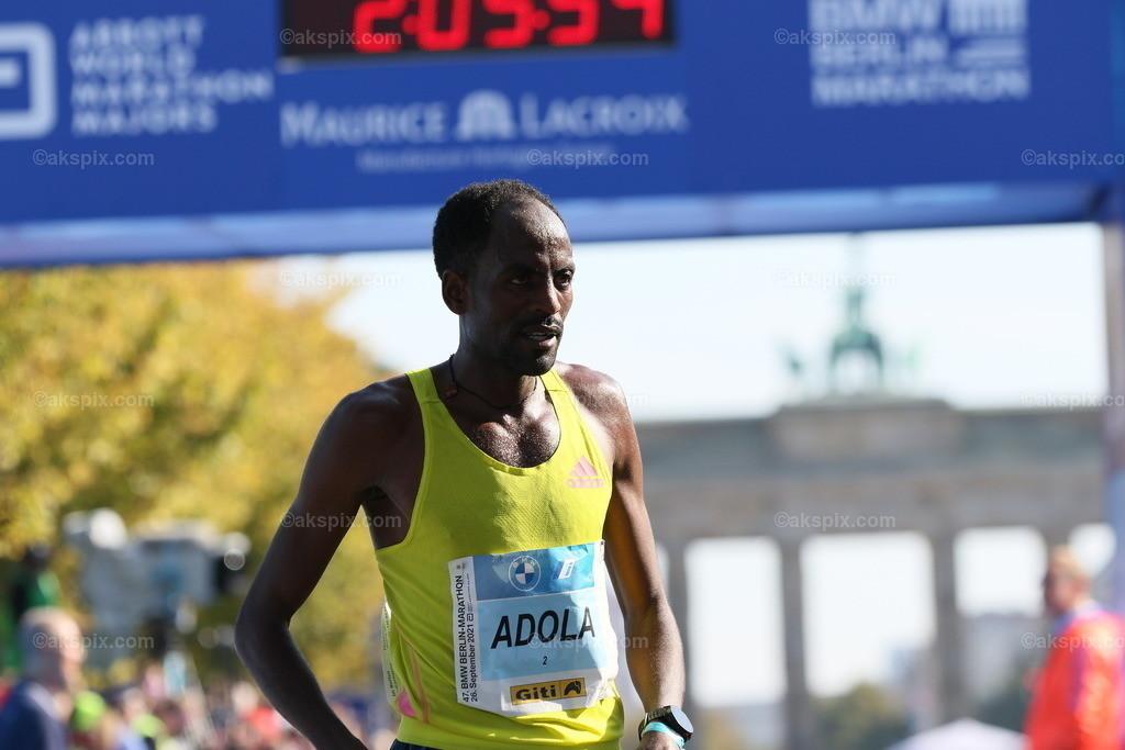 Guye Adola aus Äthiopien gewinnt den Berlin-Marathon 2021 | 26.09.2021, Berlin, Deutschland. Guye Adola aus Äthiopien gewinnt den 47. Berlin-Marathon in 2:05:45 Stunden. Den 2. Platz gewinnt der Kenianer Bethwel Yegon mit 2:06:14 Stunden und  den dritten Platz gewinnt der Top-Favorit Kenenisa Bekele mit 02:06:47 Strunden. Das Bild zeigt Guye Adola.