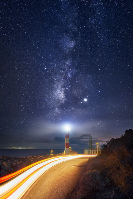 Leuchtfeuer unter der Milchstraße | Während in fast ganz Europa Lichtverschmutzung herrscht, ist La Palma ein Dark Sky Reserve, also ein Lichtschutzgebiet. Nirgendwo sonst leuchten die Sterne so intensiv. Hier allerdings mussten sie sich dem Leuchtfeuer des Leuchtturms und den Scheinwerfern vorbei fahrender Autos geschlagen geben.
