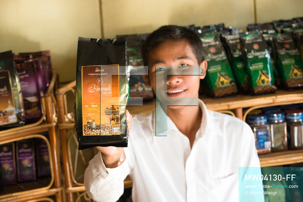 MW04130-FF   Laos   Paksong   Reportage: Kaffeeproduktion in Laos   Sinouk Coffee ist einer der führenden Kaffeeproduzentenin Laos. In den Plantagen auf dem Bolaven-Plateau wachsen Sträucher der Kaffeesorten Robusta und Arabica.  ** Feindaten bitte anfragen bei Mario Weigt Photography, info@asia-stories.com **