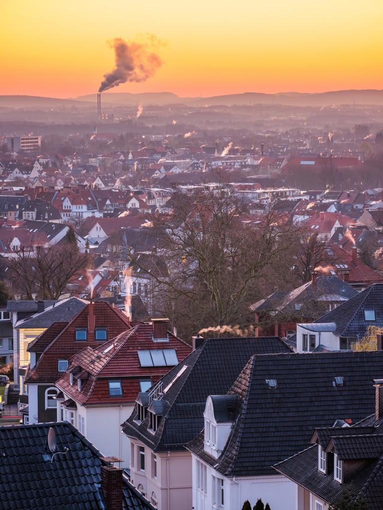 Blick über Bielefeld bei Sonnenaufgang | Blick über Bielefeld kurz vor Sonnenaufgang an einem Frühlingsmorgen. Müllverbrennungsanlage Heepen im Hintergrund.
