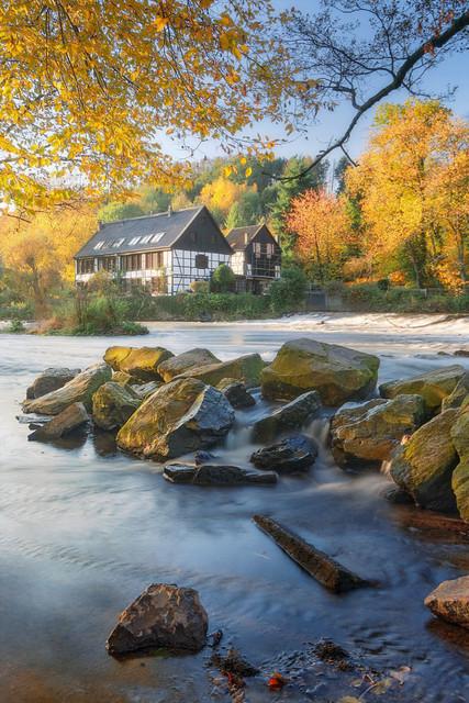 Über die Wupper | Kein Grund über die Wupper zu gehen. Vielmehr genügt ein Blick ans andere Ufer zum Wipperkotten. Ein schöne abendliche Szene im Herbst.