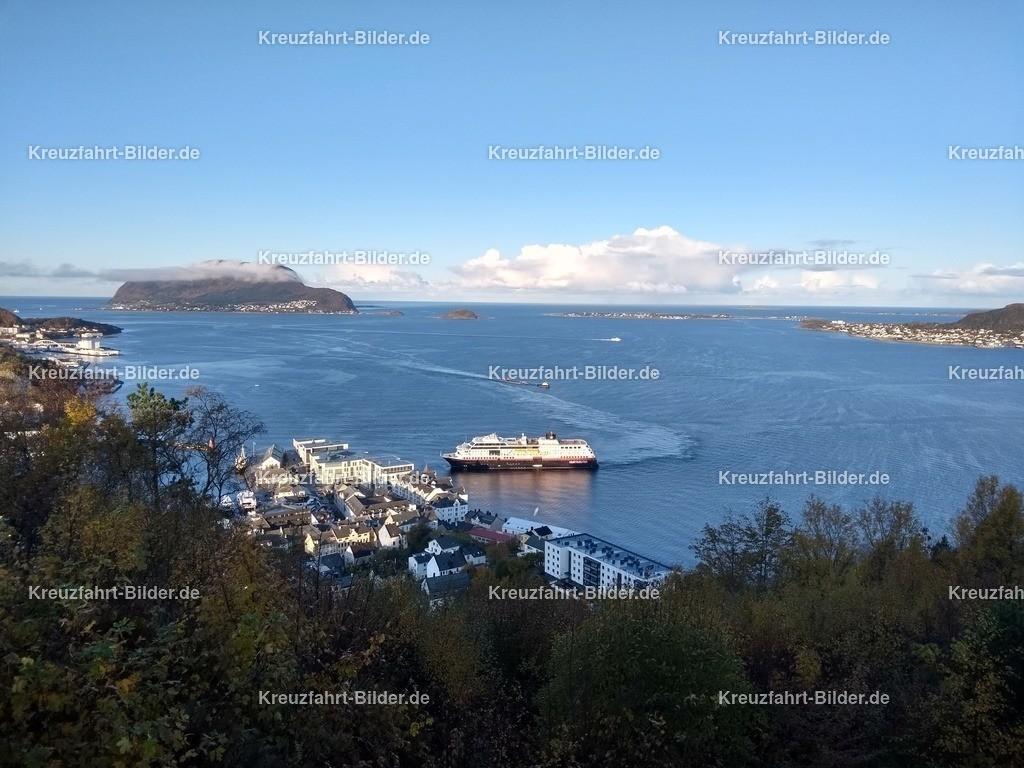 Trollfjord von Hurtigruten in Alesund | Die Trollfjord von Hurtigruten in Alesund, aufgenommen vom Aksla.