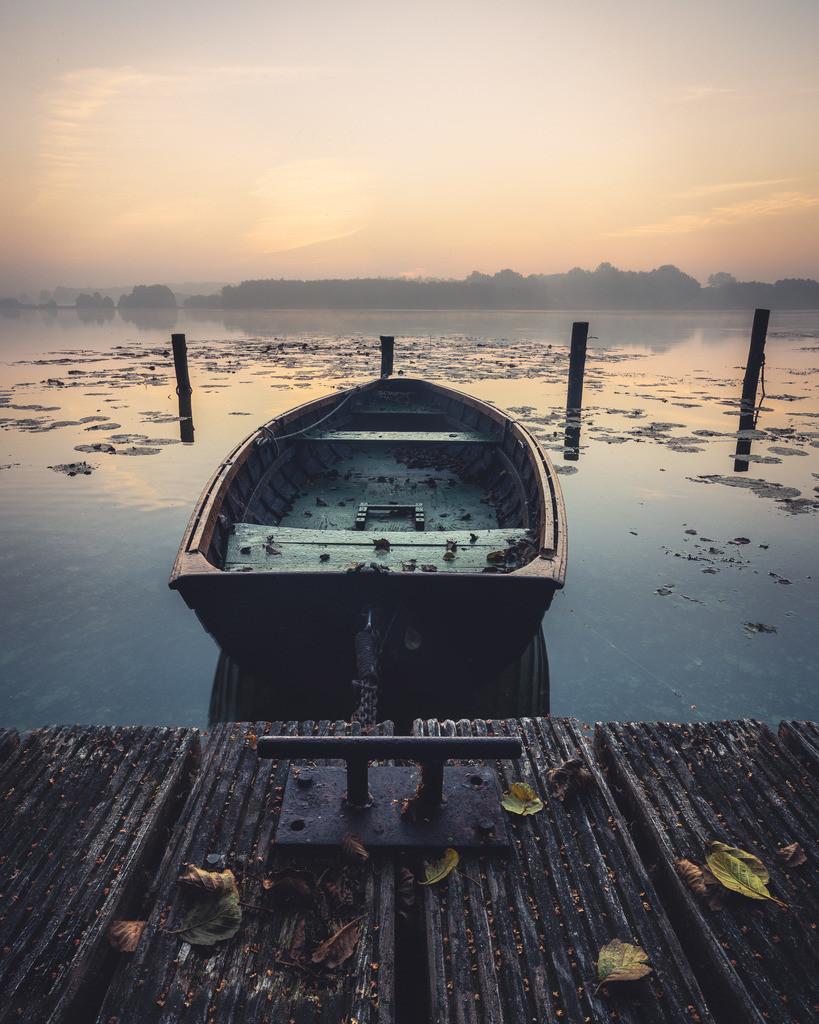 The Vintage Boat | Ein Angelboot an einem nebligen Spätsommermorgen