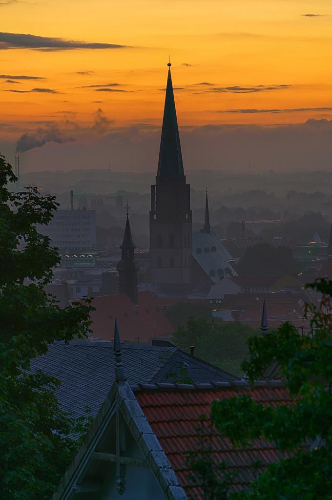 Sonnenaufgang über Bielefeld mit Neustädter Kirche | Sonnenaufgang über Bielefeld mit Neustädter Nicolaikirche.