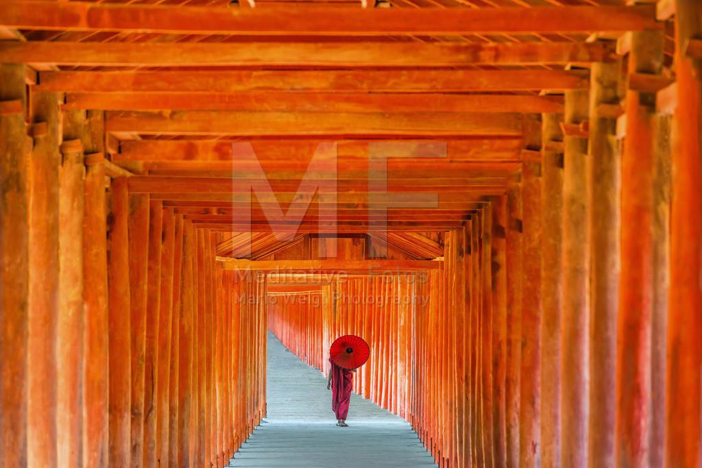 MW1119-2666 | Fotoserie DER ROTE SCHIRM | Buddhistischer Mönch im roten Säulengang aus Teakholz in Salay