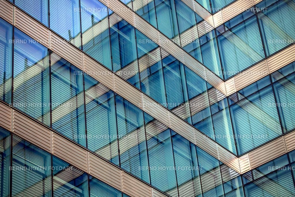 crossroads | Foto einer modernen Hausfassade in Berlin, Deutschland / digital leicht nachbearbeitet. | Photo of a modern house facade in Berlin, Germany / digitally slightly reworked.