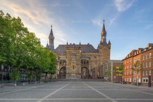 Rathaus in Aachen   Blick über den Katschhof zum Aachener Rathaus bei Sonnenuntergang.