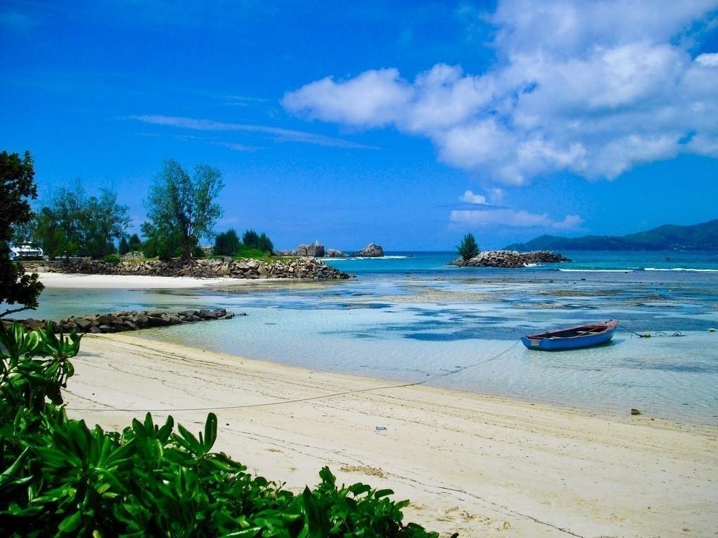 Seychellen - La Digue  | Einsame Boote am Strand