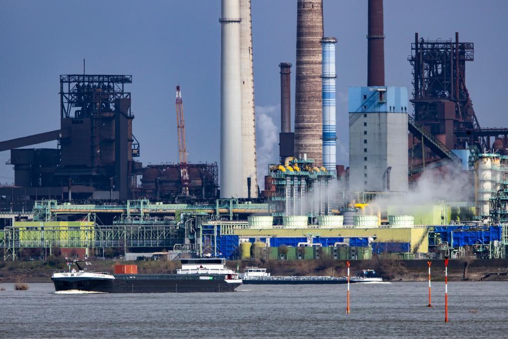 JT-190325-023 | Rhein bei Duisburg Bruckhausen, Marxloh, Thyssenkrupp Steel Stahlwerk, Hochöfen, Sinteranlage, Kokerei Schwelgern, Frachtschiffe,