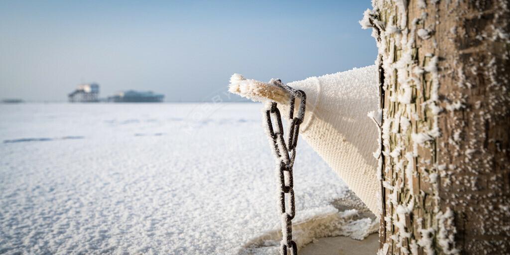 _DSC4217 | Boje und Pfahlbau im Winter am Strand