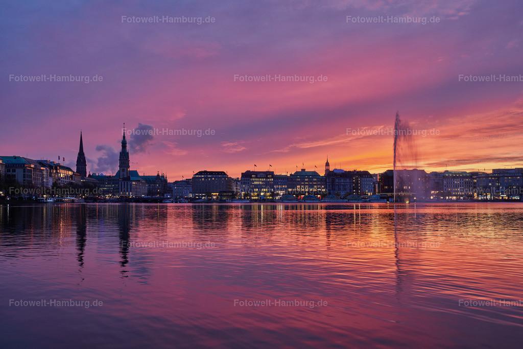 10191115 - Leuchtendes Abendrot | Blick über die Binnenalster während eines spektakulären Sonnenuntergangs.