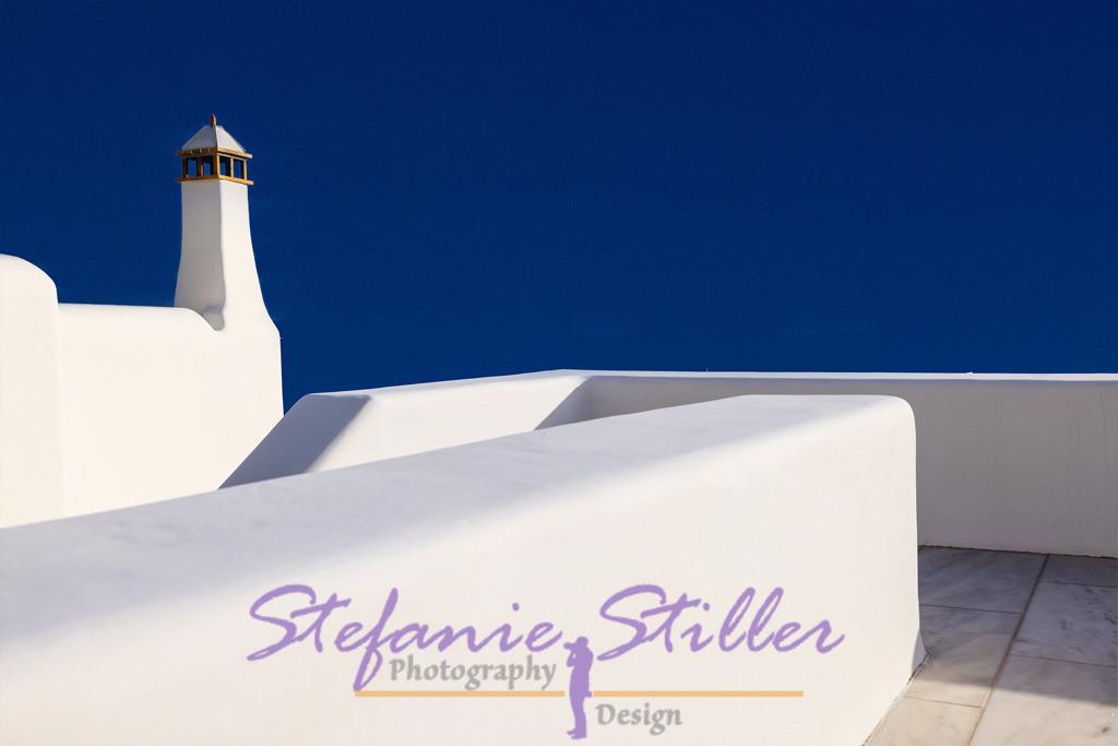 Blue series: contrasts / Blaue Serie: Kontraste   Bright white staircase and tower in front of dark blue sky / Strahlend weiß Treppenaufgang und Turm vor dunklem Himmelblau
