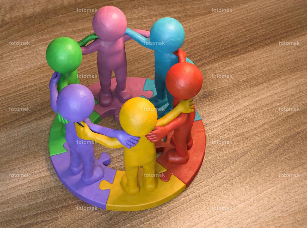 bunte 3d Männchen aus Knetmasse auf runden Puzzle - Teamwork | 3d Männchen stehen im zusammen im Team auf einem fertigen Puzzle