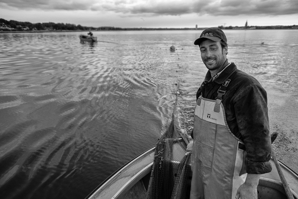 Wadenfischen auf der Schlei © Holger Rüdel | Beim Wadenfischen sind meistens zwei Boote parallel im Einsatz: beim Ausbringen des Netzes in größerem Abstand, bei der Fahrt zum nächsten Fangplatz dicht an dicht wie hier auf der Kleinen Breite der Schlei mit den Fischern Jörn und Nils Ross (rechts) aus Schleswig.