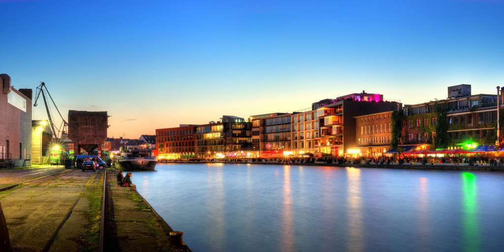 Alter Hafen mit Ladekran während des Hafenfests im Sommer   Dämmerungsfoto in der blauen Stunde vom alten Hafen in Münster mit Ladekran und Hafenfest auf dem Kreativkai