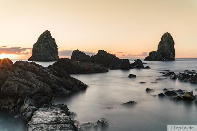 Faraglioni di Aci Trezza | Die Zyklopenküste von Aci Trezza an der Ostküste Siziliens zum Sonnenaufgang
