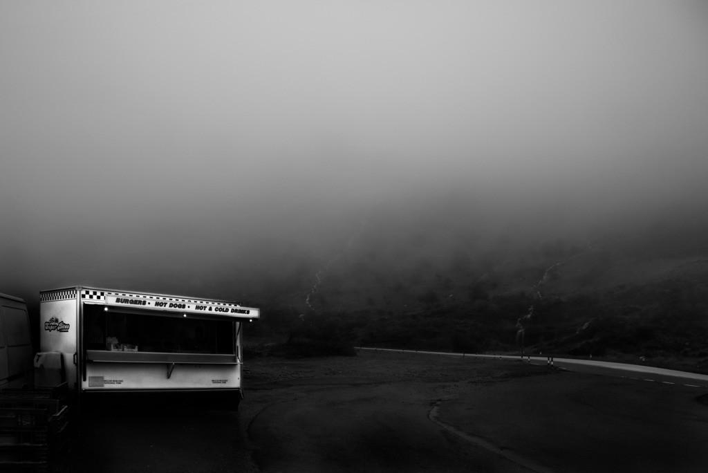 slow business   Imbisswagen im Nebel in den Brecon Beacons, Wales, Großbritannien.
