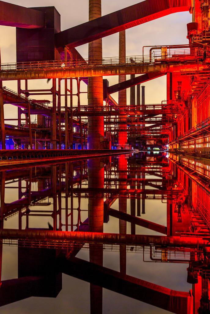 JT-160224-008 | Kokerei Zollverein, Welterbe Zeche Zollverein, beleuchtet Kokerei, Spiegelung im dem mit Wasser gefüllten Druckmaschinengleis, Essen, Deutschland,